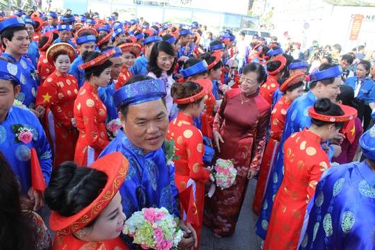 Chủ tịch HĐND TP Nguyễn Thị Quyết Tâm chia vui với các đôi uyên ương