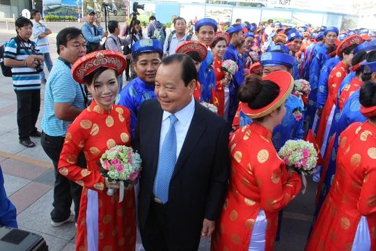 Nguyên Bí thư Thành ủy TP Lê Thanh Hải thăm hỏi các đôi uyên ương trong đám cưới tập thể