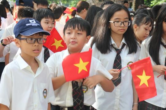 Các em học sinh khối lớp 6 tham dự lễ khai giảng