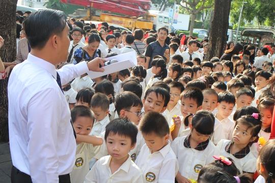 Khối lớp 1 với nhiều học sinh lần đầu tham dự khai giảng đang rất nô nức, hồi hộp, được các thầy cô hướng dấn vị trí để vào lễ khai giảng