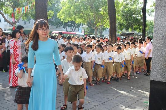 Các em lớp 1 được các cô giáo dẫn vào sân trường