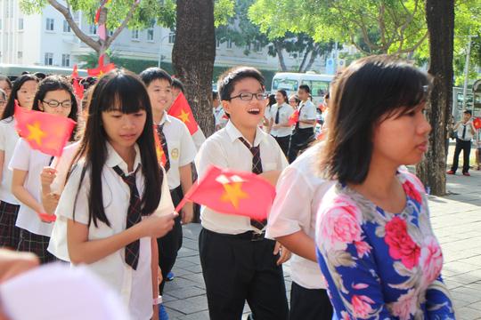 Các em học sinh lớp 6 háo hức tham dự lễ khai giảng