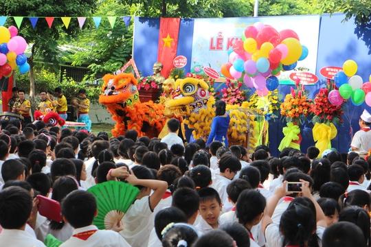 Sân khấu đầy sắc màu chuẩn bị cho lễ khai giảng sôi động, tươi vui