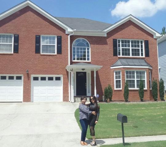 NSND Lệ Thủy và NSƯT Mỹ Châu trước ngôi nhà của NSƯT Mỹ Châu tại Atlanta - Mỹ