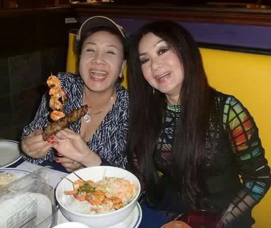 NSND Lệ Thủy và NSƯT Mỹ Châu ăn bún thịt nướng - món ăn quê nhà do kiều bào chế biến tại Mỹ. Ảnh: Đình Trí