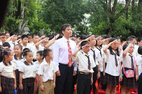 Lễ khai giảng chính thức bắt đầu với nghi lễ chào cờ.