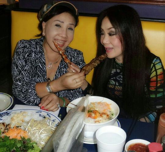 Mừng sinh nhật sớm - hai nghệ sĩ đã chọn món bún thịt nướng ở một nhà hàng người Việt tại Atlanta - Mỹ