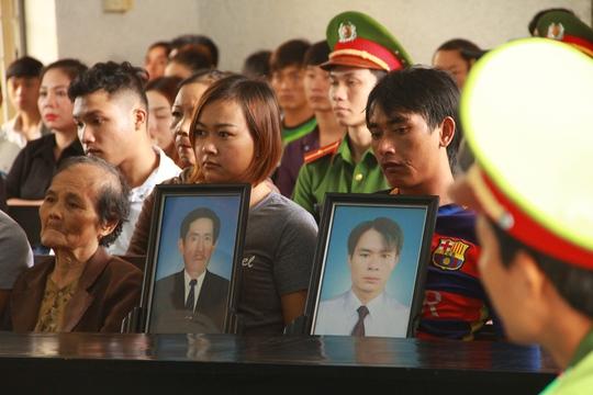 Gia đình người bị hại đưa di ảnh 2 nạn nhân đến tòa