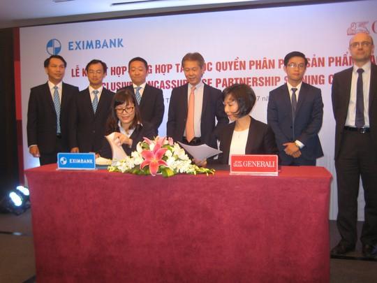 Bà Tina Nguyễn,Tổng giám đốc Công ty Bảo hiểm Generali Việt Nam (bên phải) và bà Đinh Thị Thu Thảo, Phó tổng giám đốc Eximbank tại lễ ký hợp đồng