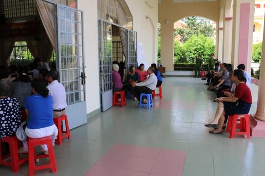 Buổi chiều, dù trời nắng nóng và không đủ chỗ ngồi nhưng nhiều cử tri vẫn đến và ngồi nghe ngoài hành lang