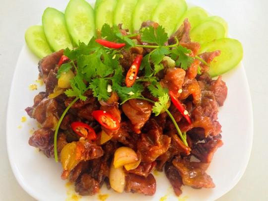 Mề gà rô ti dùng kèm với nước tương ăn với cơm nóng