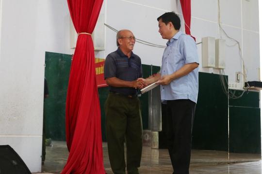 Cử tri Phan Văn Tuấn, xã An Nhơn Tây lên đưa tận tay Bí thư Đinh La Thăng tâm thư của mình.