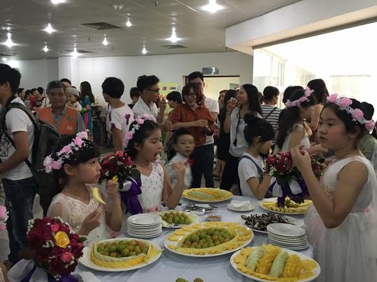 Bên ngoài hành lang các phù dâu nhí cũng háo hức tham gia một đám cưới đặc biệt