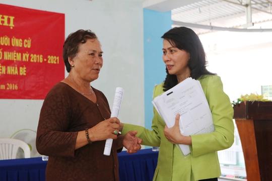 Bà Nguyễn Thị Thu trao đổi cùng cử tri xã Hiệp Phước, Huyện Nhà Bè