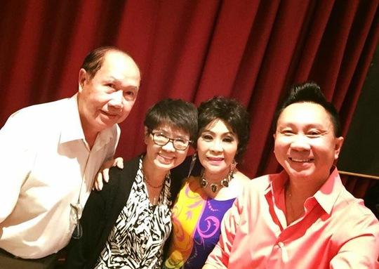 MC Thanh Tùng và vợ chồng NS Bạch Liên, cùng vui mừng gặp lại NSƯT Ngọc Đáng trong ngày Giổ tổ sân khấu năm nay