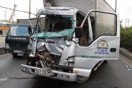 Đầu xe tải bẹp dúm, hư hỏng nặng sau vụ tai nạn.
