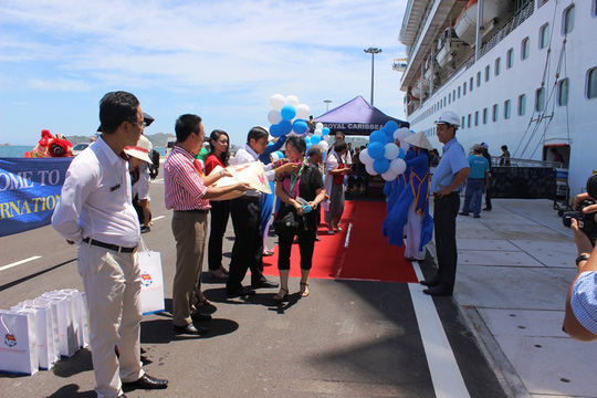 Lãnh đạo Cảng quốc tế Cam Ranh tặng hoa và quà cho các du khách đầu tiên
