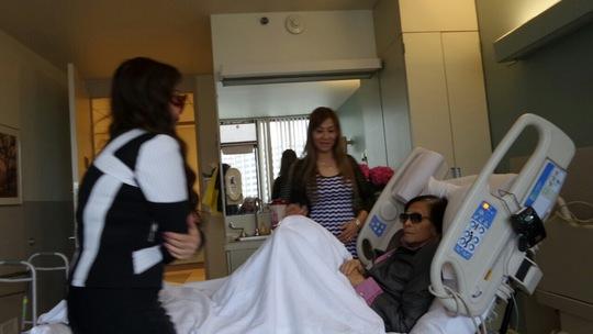 NS Mỹ Châu khoanh tay thưa anh hai Minh Cảnh khi vào bệnh viện thăm ông
