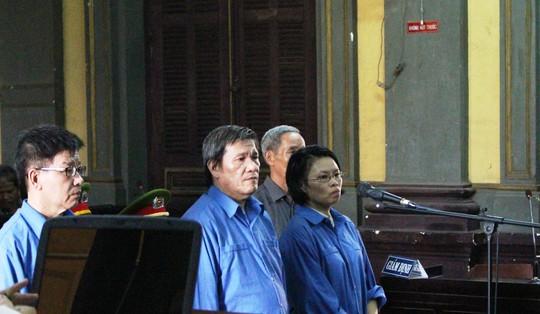 Siêu lừa Dương Thanh Cường (giữa) tiếp tục hầu tòa