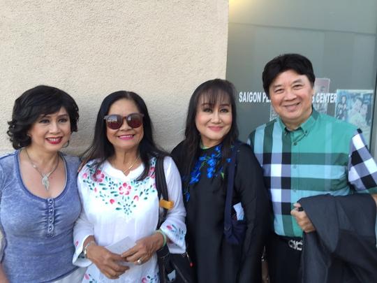 Bảo Quốc, Minh Phượng, Tú Trinh và đạo diễn Nguyễn Thị Minh Ngọc trước khi vào rạp