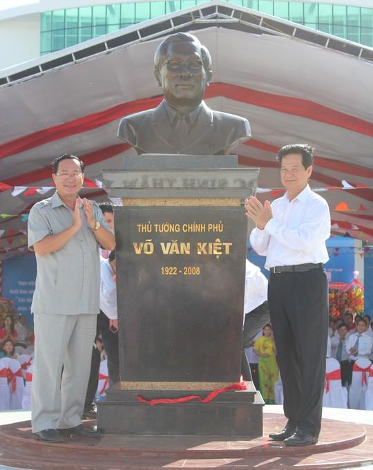 Nguyên Thủ tướng Chính phủ Nguyễn Tấn Dũng cùng đại diện Ban Chỉ đạo Tây Nam bộ thực hiện nghi thức khánh thành tượng cố Thủ tướng Võ Văn Kiệt trước sân trường.