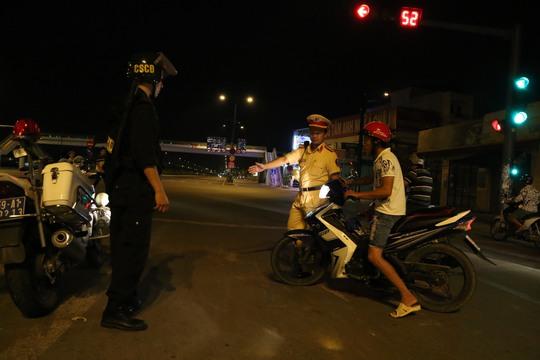 Lực lượng Đội CSGT Tuần tra Dẫn đoàn yêu cầu người có dấu hiệu say xỉn dừng phương tiện để đo nồng độ cồng.