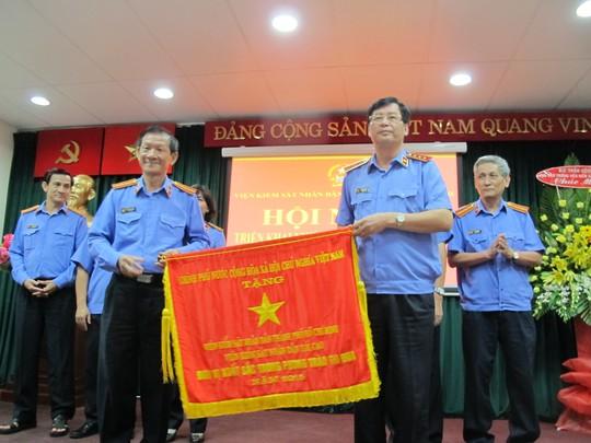 Viện trưởng VKSND TP HCM Phạm Văn Gòn (trái) nhận cờ thi đua của chính phủ