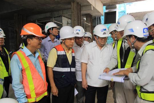 Phó Thủ tướng Trịnh Đình Dũng thị sát nhà ga nhà hát thành phố vào sáng 11-8