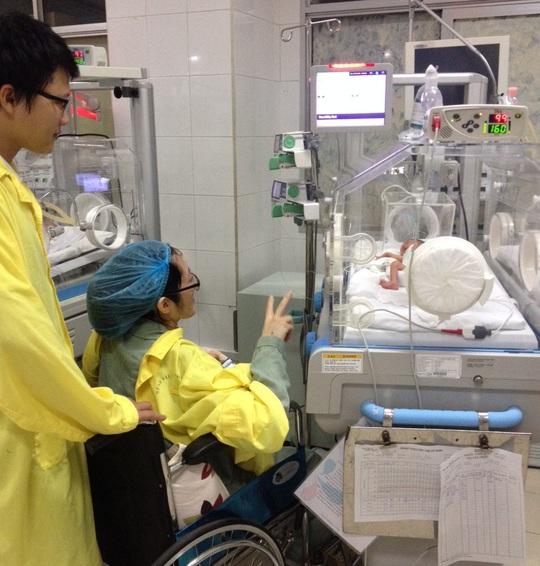 Sản phụ Đậu Thị Huyền Tr. được đưa sang thăm con gần 2 tuần sau vượt cạn