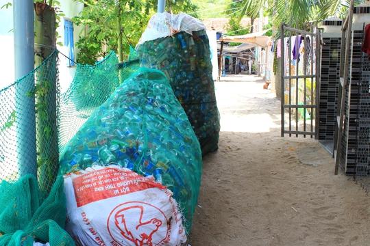 Chai nhựa trên đảo được thu gom để đem về đất liền xử lý