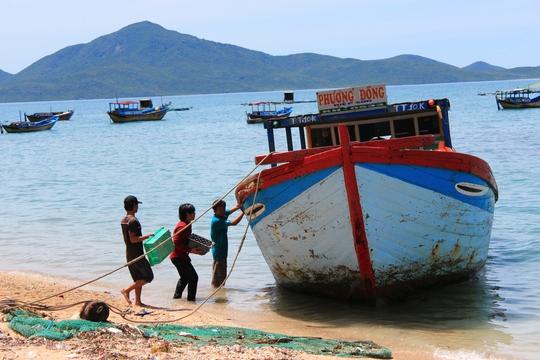 Người dân chuyển gạch đá để xây nhà trên đảo