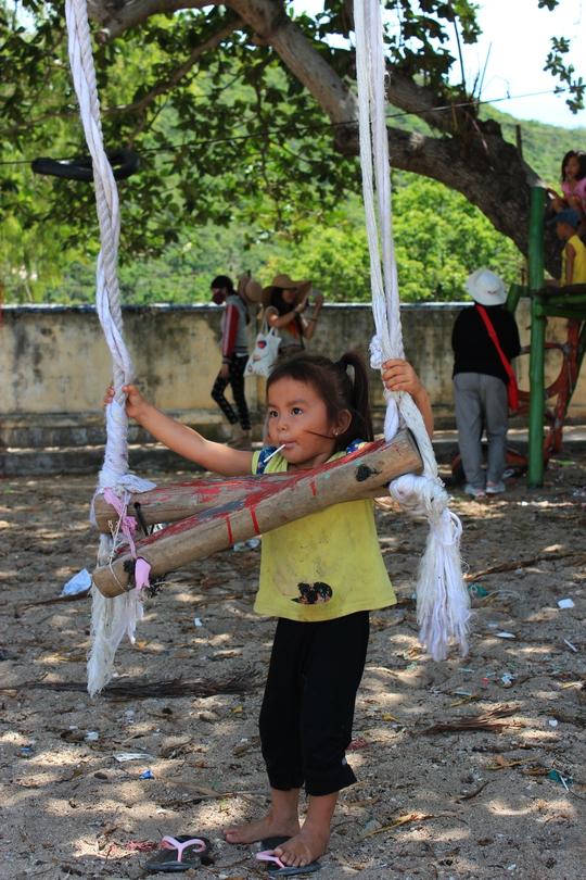 Trẻ em trên đảo rất dạn dĩ với khách phương xa