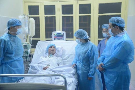 Bộ trưởng Bộ Y tế thăm hỏi, chúc mừng bệnh nhân được ghép tim thành công
