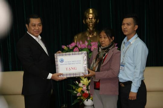 Ông Huỳnh Đức Thơ, Chủ tịch TP Đà Nẵng trao quà cho vợ và con liệt sĩ Vũ Phi Trừ