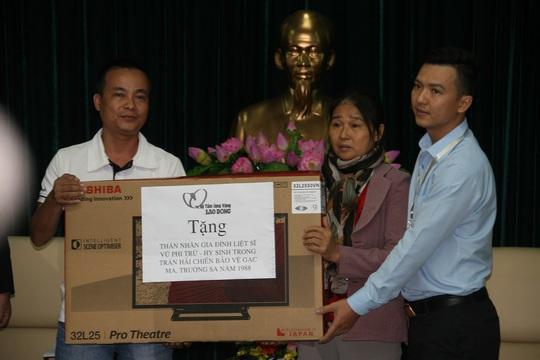 Quỹ Tấm lòng vàng trao quà cho gia đình anh Khoa