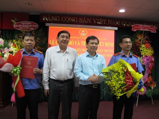 Ông Dương Ngọc Hải (phải) và ông Nguyễn Thanh Sang tại buổi lễ công bố quyết định