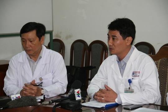 Ông Trần Ngọc Thạnh (bìa trái) và ông Lê Đức Nhân trả lời báo chí