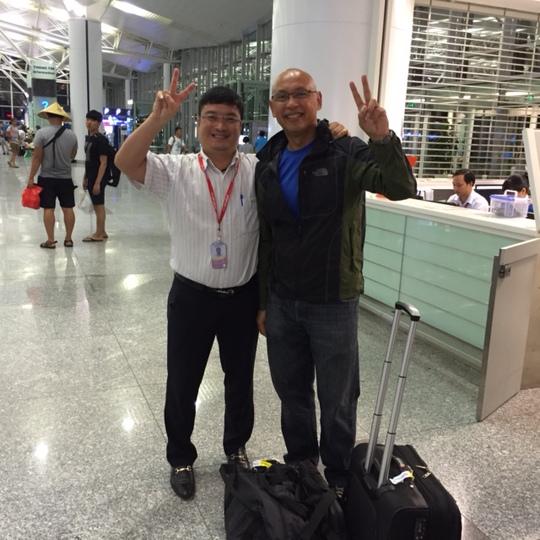 Phi công (phải ảnh) vui vẻ tiếp tục chuyến bay về thăm gia đình