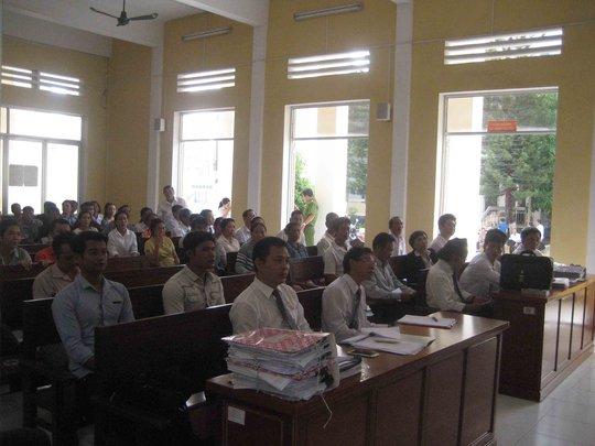Do có nhiều luật sư tham gia bào chữa nên HĐXX phải bố trí một số luật sư ngồi phía dưới hàng ghế người theo dõi phiên tòa. Ảnh: Công Tuấn