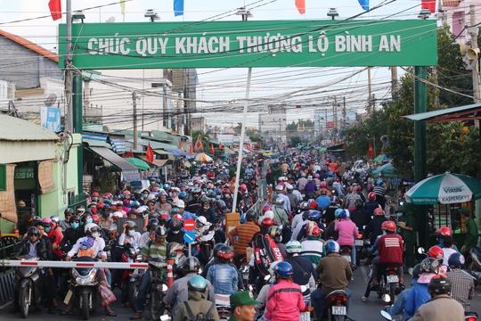 Trong lúc đó, xế chiều 4-9, khi trời vẫn còn nắng gay gắt, hàng đoàn xe ùn ùn nối nhau làm giao thông kẹt cứng trên đường cao tốc TPHCM – Long Thành –Dầu Giây, hướng từ các tỉnh đổ đến nút giao An Phú (quận 2).