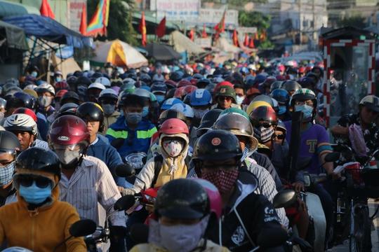 Đám đông chen chúc, nhích một cách mệt mỏi trên đường từ cảng Cát Lái (quận 2) về trung tâm thành phố.