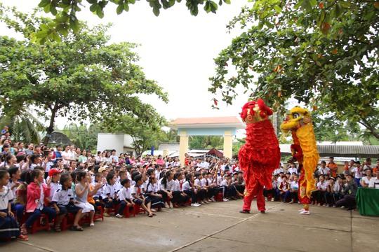 Hoạt động múa lân, xiếc, văn nghệ được các bạn tình nguyện viên TP HCM đã tổ chức cho trẻ em nghèo Bến Tre