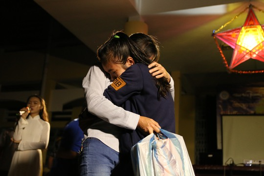 Sau nhiều năm liền không gặp được mẹ, thông qua chương trình, em Huỳnh Châu Nhi đã được đoàn tụ với mẹ