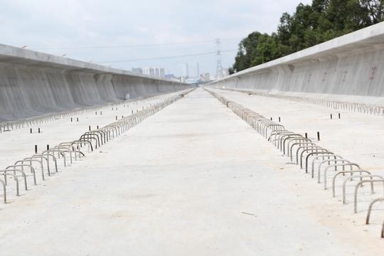 Chiều dài nhịp cầu của tuyến metro số 1 đã hoàn thành được 1 phần lớn, chuẩn bị để lắp đường ray cho tàu chạy sau này.