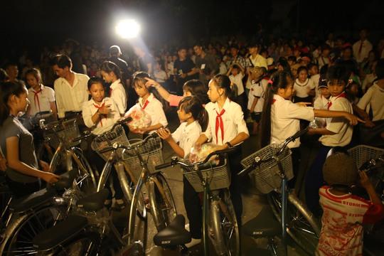 Sinh viên TP HCM nhịn ăn sáng tặng xe đạp trẻ em nghèo