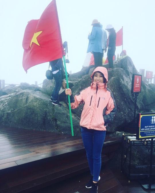 Cô còn cắm cờ trên đỉnh Fansipan