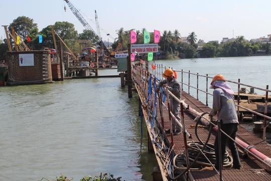 Cầu Ghềnh mới thi công cùng lúc với việc giải tỏa các trụ cầu cũ ở hiện trường