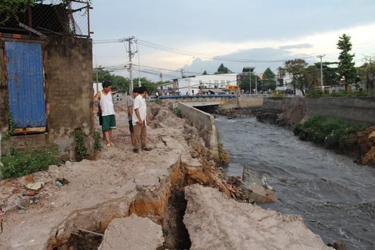 Sau mưa, khu vực chân cầu xói lở mạnh, bờ kè chân cầu bị cuốn sập