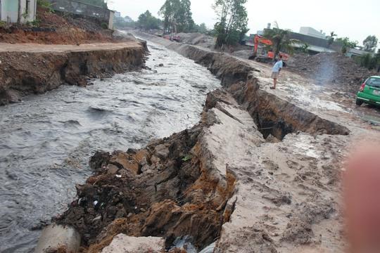 Phía hạ lưu cầu, suối Săn Máu đoạn tiếp giáp khu vực gia cố thuộc dự án chỉnh trang suối Săn Máu đang thực hiện dang dở