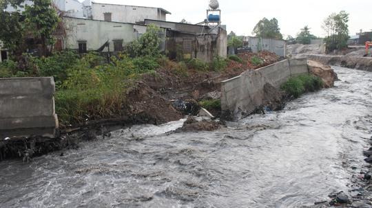 Những tảng kè bị cuốn trôi trong mưa đêm qua